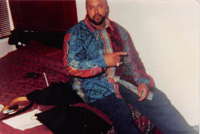 Suge-Knight-Throwing-Up-A-MOB-Piru-Gang-Sign-1024x684